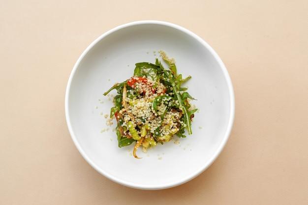 クスクスサラダ、トマトとルッコラ、ベージュのテーブル、上面図