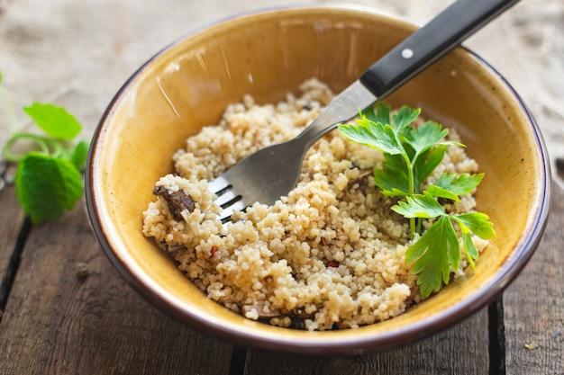 쿠스쿠스 두 번째 코스 고기 없음 야채 향신료 전채 신선한 부분 프리미엄 사진