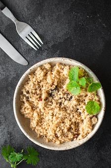 쿠스쿠스 두 번째 코스 고기 없음 야채 향신료 전채 신선한 부분