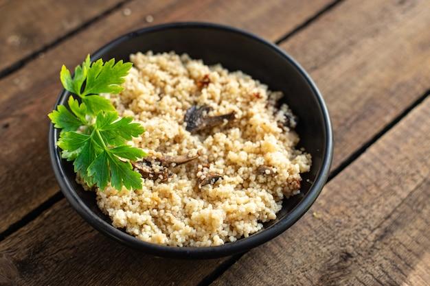 쿠스쿠스 야채와 향신료 고기 없음 전채 신선한 부분 유기농 건강 요리