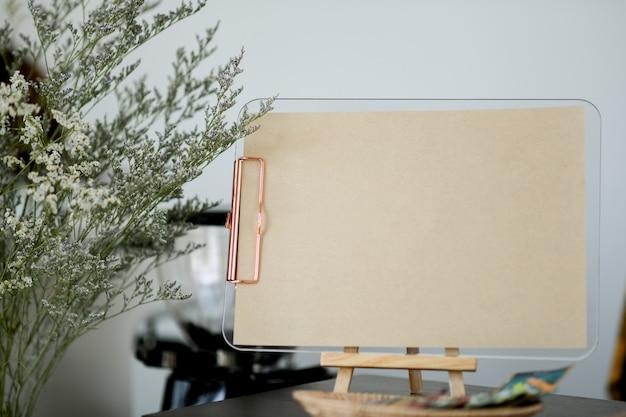 Couter上のテキスト用のスペースと茶色の紙のラベル。