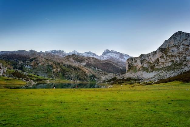 Covadongaは、スペインのアストゥリアスの夕暮れ時に湖の風景です。