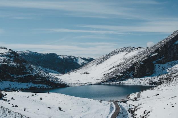 Ковадонга озер снежный пейзаж.
