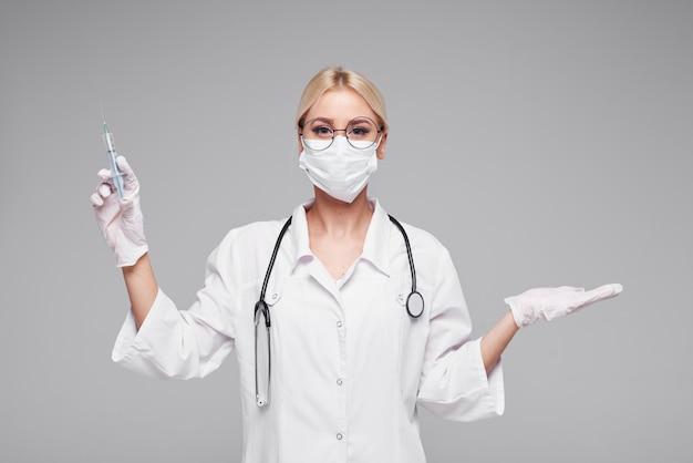 Пандемия коронавируса. женщина-врач в белом медицинская маска с стетоскоп. понятие о карантине covd-19.