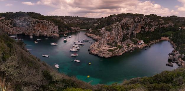 Бухта на острове менорка, испания.