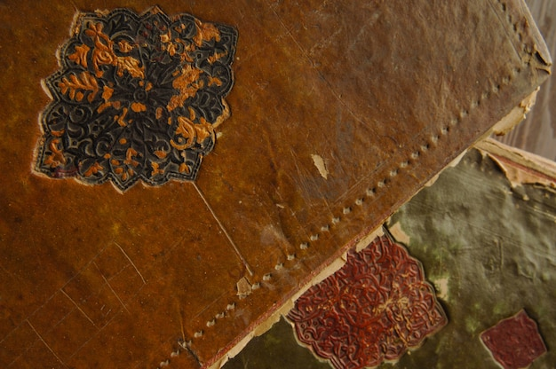古代アラビア語の本の表紙。古代アラビア語の写本とテキスト