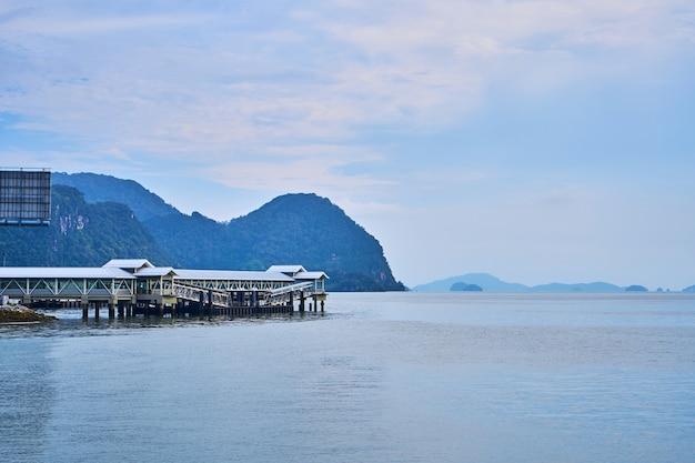 Крытая лодочная пристань. порт транспортной лодки на тропическом острове.