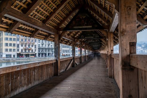 スイス、ルツェルンのルツェルンイエズス会教会近くの屋根付き橋