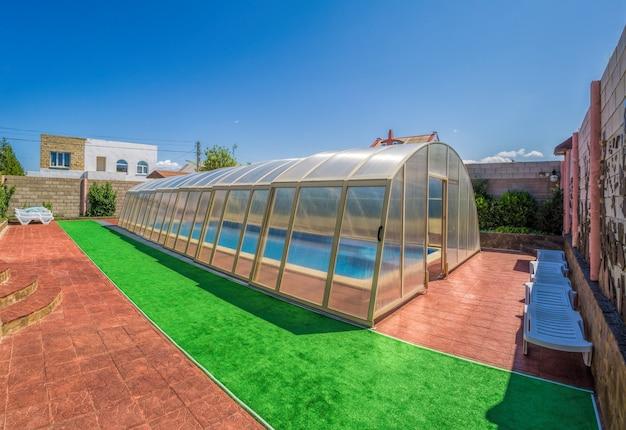 파란색 타일로 덮여 여름 수영장. 호텔 야외 수영장의 지붕이있는 지역.