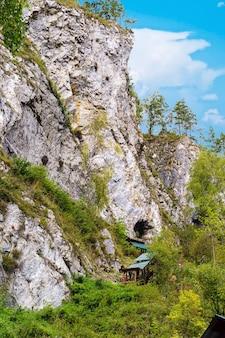 洞窟の自然のランドマークへの覆われたタフジンスキートレイル