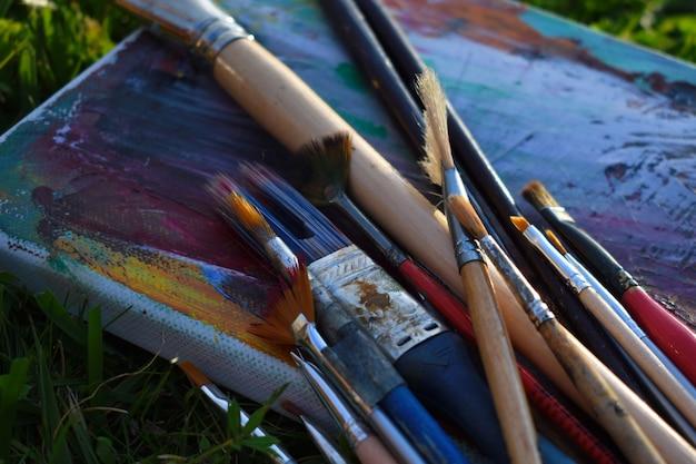 図面パレット塗料で覆われています。油絵の具で絵を描くための汚れたアートブラシ