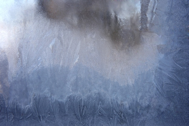 얼어 붙은 얼음 창 유리로 덮음