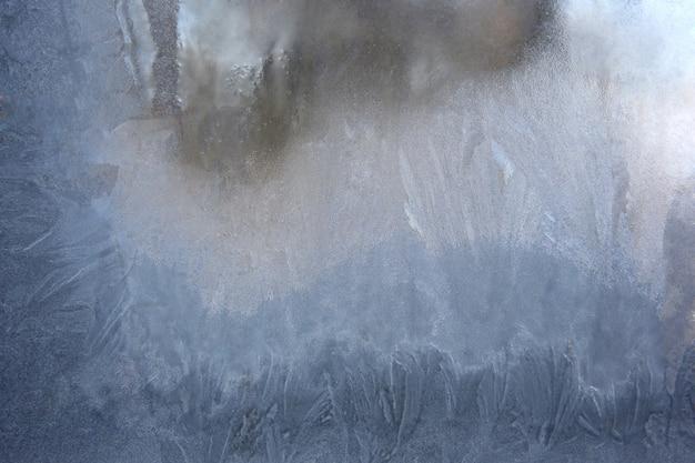 凍った氷の窓ガラスで覆われている