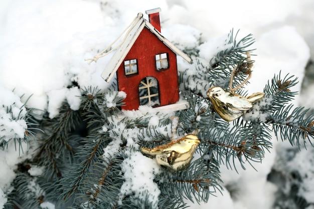 雪とトウヒのクリスマスデコレーションブランチで覆われ、屋外