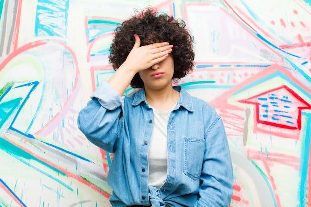 Закрывать глаза одной рукой, чувствуя испуг или беспокойство, удивляясь или слепо ожидая сюрприза