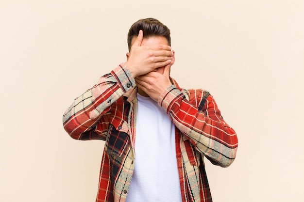 Закрывая лицо обеими руками, говоря нет! отказ от фотографий или запрещение фотографий