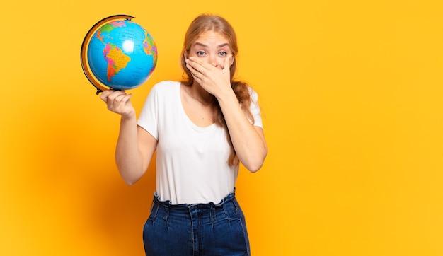 Прикрывать рот руками с шокированным, удивленным выражением лица, хранить в секрете или говорить ой