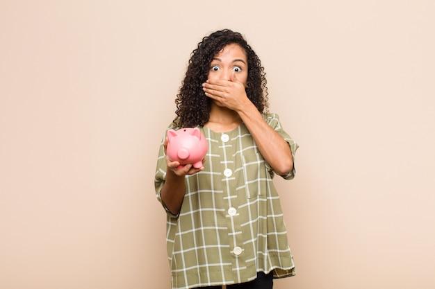 Закрыв рот руками с шокированным удивленным выражением лица, держась в секрете или говоря ой