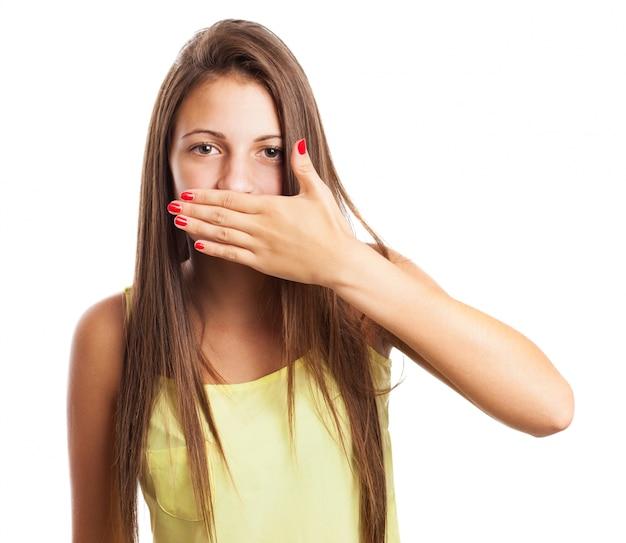 彼女の手で彼女の口をcoverting女