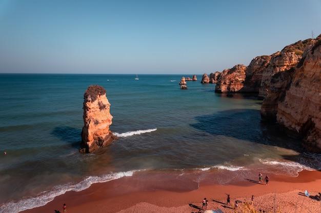 ポルトガルのアルガルヴェ地方で最も有名なスポット、ポンタダピエダーデの入り江と崖
