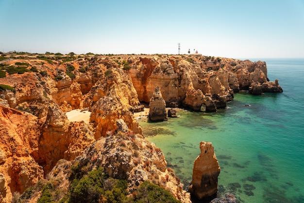 Бухты и скалы понта-да-пьедаде, самого известного места региона алгарве, в португалии.