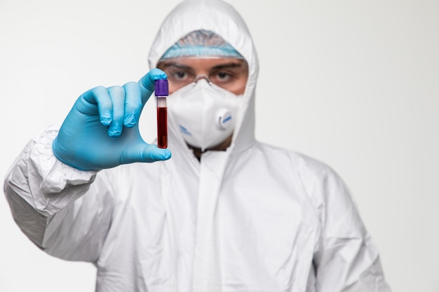 Covid-19テストと新しいコロナウイルス感染の診断のための血液検査の実験室サンプル。武漢からの病気2019。パンデミック感染のコンセプト