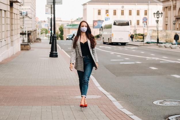 Covid-19と大気汚染pm2.5の概念。パンデミック、路上で保護マスクを着用している若い女性の肖像画。健康と安全の概念。