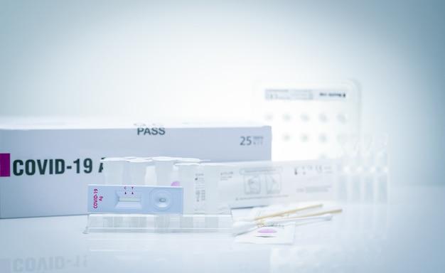 鼻腔スワブのcovid19抗原セルフテスト。コロナウイルス感染を検出するための家庭用抗原検査キット。迅速抗原検査。コロナウイルスの診断。 covid-19抗原検査用の医療機器。