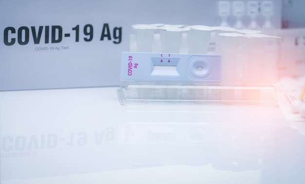 鼻腔スワブのcovid19抗原セルフテスト。コロナウイルスを検出するための家庭用抗原検査キット。