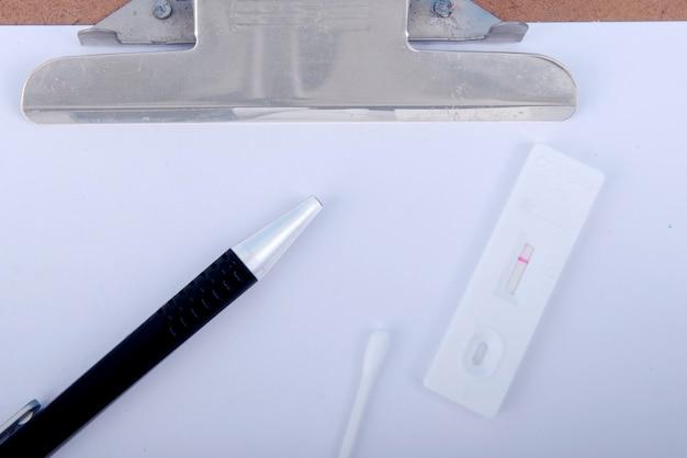 클립보드에 있는 covid-19 항원 테스트 키트