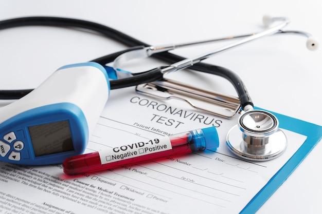Covid-19 血液サンプル、聴診器、デジタル赤外線放射温度計