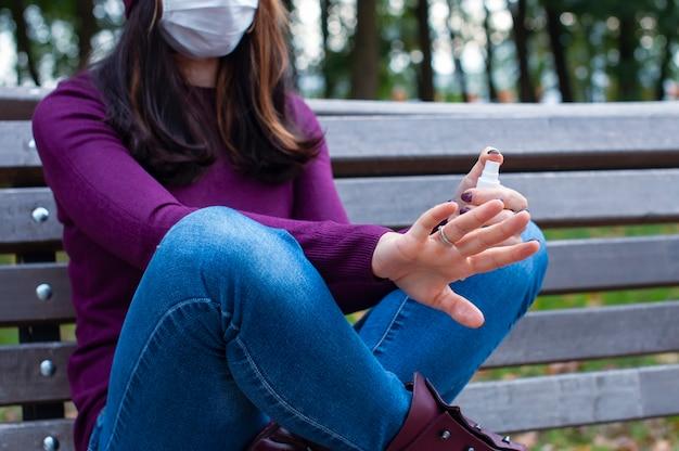 Covid-19 개념입니다. 알코올 젤 소독제로 손을 씻는 여자. 코로나바이러스에 대한 보호 및 예방.