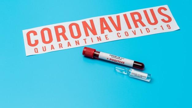 Covid 19 коронавирус, зараженный образец крови в пробирке, инъекция вакцины и шприца. используется для профилактики, иммунизации и лечения от covid-19.