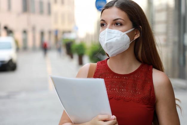 Covid-19 глобальный экономический кризис обеспокоенная безработная девушка в маске ffp2