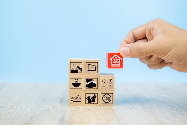 木のおもちゃブロックのcovid-19アイコン。コロナウイルスの健康管理と予防のための概念。