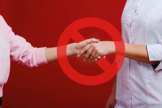 Covid-19 поддерживайте баннер социального дистанцирования - знак запрета рукопожатия - меры гигиены и социального дистанцирования.