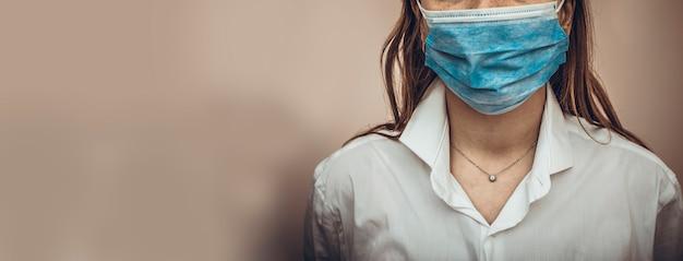 Доктор или медсестра носить защитную маску от коронавируса. баннер или панорама для коронавируса или covid-19 ncov. оставайся дома и молись концепции.