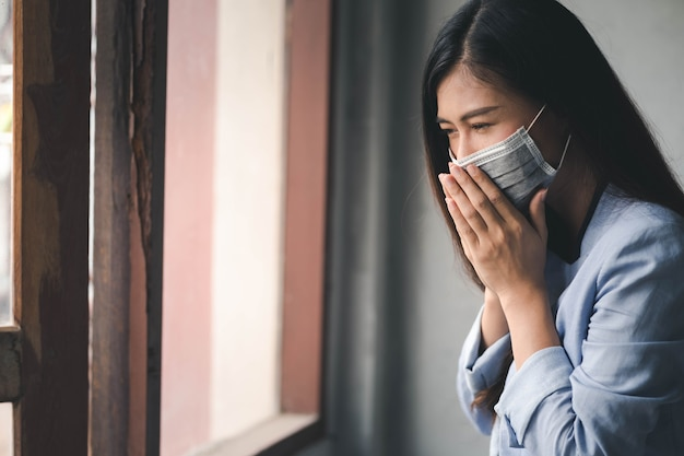 Covid-19 팬데믹 코로나바이러스, 아시아 여성은 감기에 걸리고 기침, 발열, 두통, 통증 증상이 있습니다