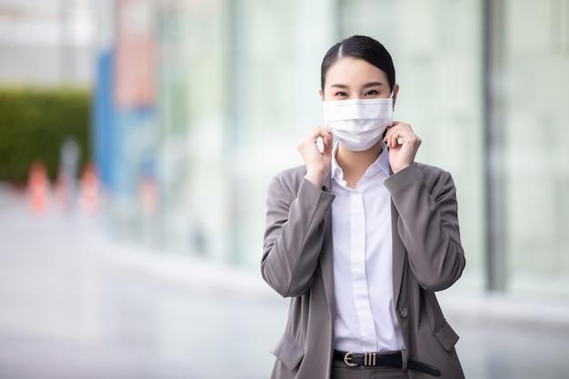 Covid-19 유행성 코로나 바이러스 아시아 여성, 도시 거리 입고 얼굴 마스크
