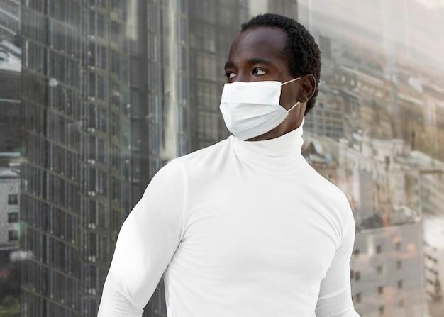Uomo di protezione covid-19 che indossa una maschera in città