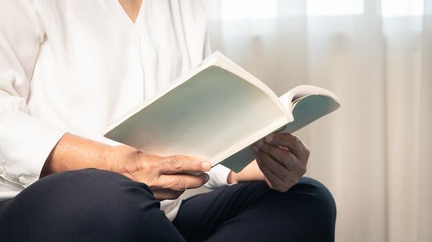 고위 여성을위한 covid-19 검역 활동은 위험을 피하기 위해 집에서 책을 읽습니다.