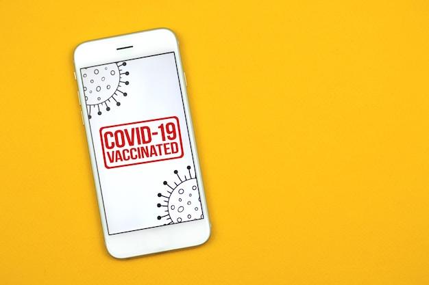 Баннер заголовка вакцинации covid-19 с текстом на телефоне, концепция