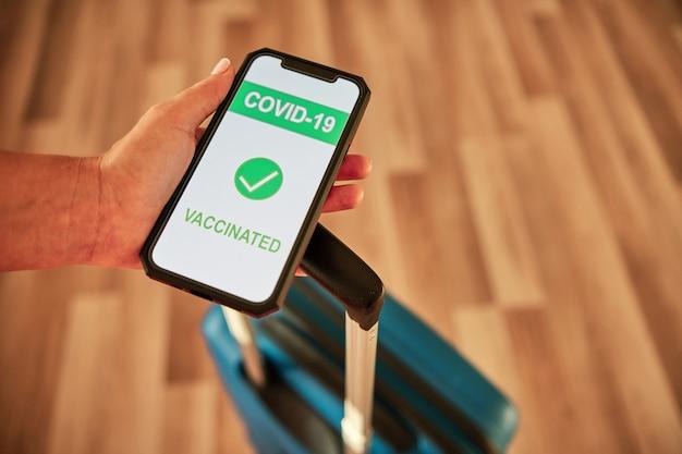 스마트폰의 covid-19 예방 접종 증명서 - 여행 개념
