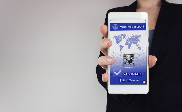 Covid-19 백신 여권 개념. 손에 smarfone에 covid-19에 대한 디지털 예방 접종 증명서.