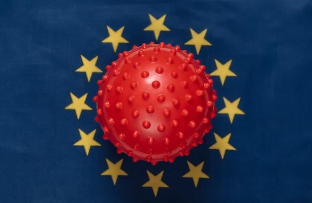 유로 연합 국기 배경에 covid-19 바이러스 균주 모형