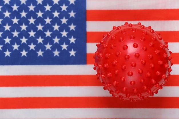미국 국기 배경에 covid-19 바이러스 균주 모형