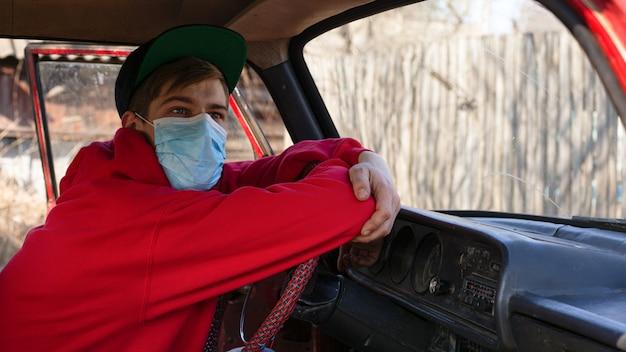 コロナウイルスcovid-19の発生。医療マスクのタクシー運転手、中国ウイルスの流行、パンデミックによる輸送崩壊。