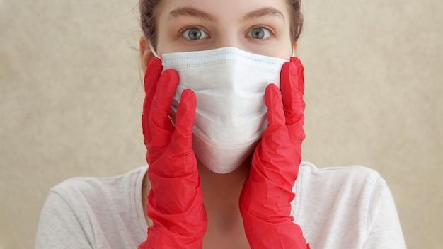 Молодая женщина в медицинской маске и перчатках, профилактика коронавируса, вспышка covid-19