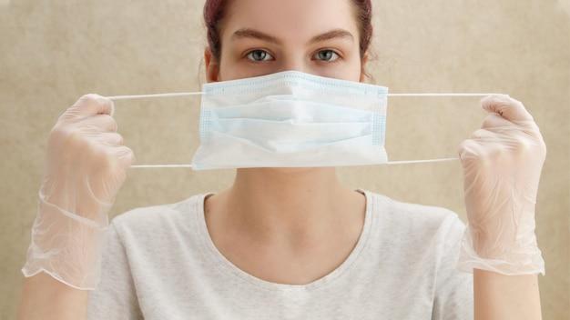 若い女性が医療用マスクを着用、コロナウイルスの予防、covid-19の発生
