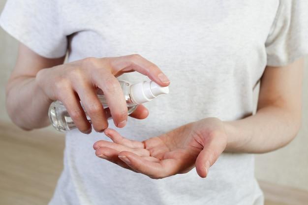 Женщины моют руки спиртовым гелем или антибактериальным мылом-дезинфицирующим средством. концепция гигиены. предотвратить распространение микробов и бактерий и избежать заражения коронным вирусом. остановить коронавирус. covid-19.